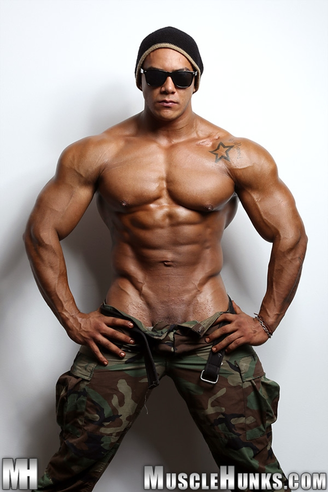 Muscle Hunks – Wade Trent the ultimate muscle bodybuilder nude!